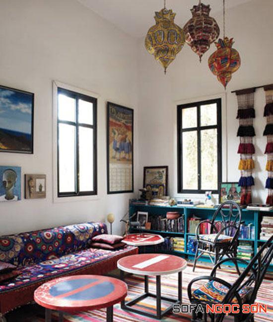 Tạo vẻ vintage cho sofa bằng vải bọc họa tiết rực rỡ.