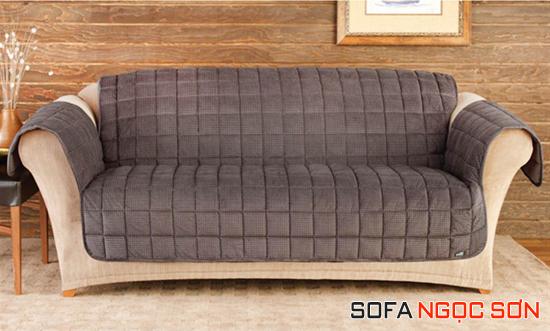 Thêm thắt các món đồ trang trí cũng giúp chiếc ghế nhà bạn lạ mắt hơn
