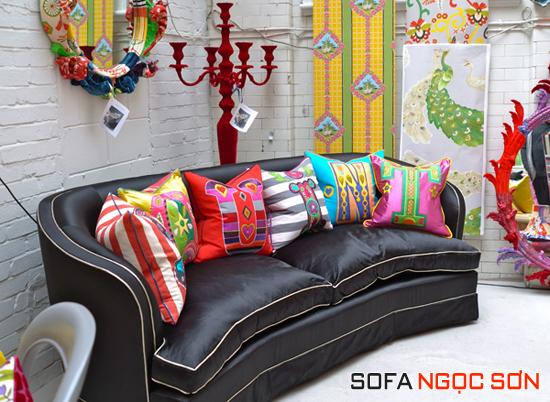 Màu sắc của chiếc gối làm mềm sự cứng nhắc của bộ sofa da